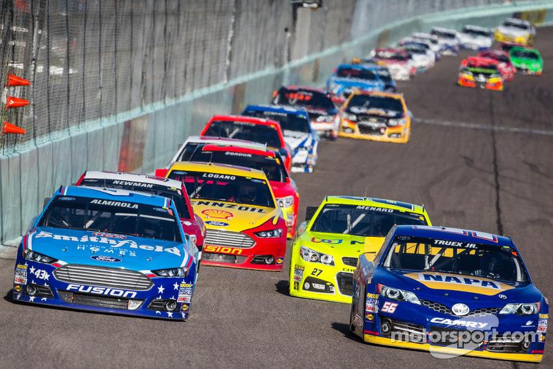 Aric Almirola, Richard Petty Motorsports Ford en Martin Truex Jr., Michael Waltrip Racing Toyota