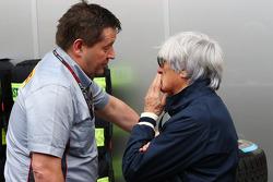 (Da esquerda para direita): Paul Hembery, diretor de automobilismo da Pirelli,  com Bernie Ecclestone, CEO do Grupo F1