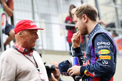 (Da esquerda para direita): Niki Lauda, presidente não executivo da Mercedes, com Sebastian Vettel, Red Bull Racing