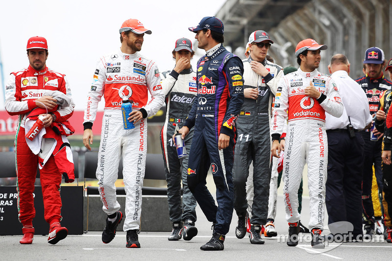 (L naar R): Jenson Button, McLaren en Mark Webber, Red Bull Racing komen samen voor de Formule 1-eindejaarsfoto