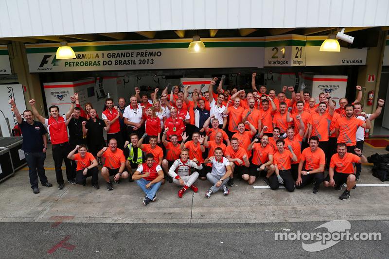 (L naar R): Rodolfo Gonzalez, Reservecoureur Marussia F1 Team; Max Chilton, Marussia F1 Team en Jule