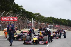 Sebastian Vettel, Red Bull Racing sendo empurrado para sua posição no grid