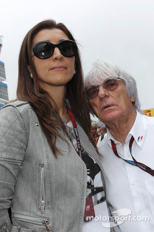 Bernie Ecclestone, CEO do Formula One Group, com sua esposa Fabiana Flosi, no grid