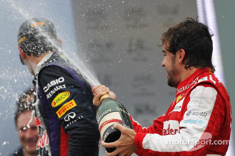 Fernando Alonso, Ferrari celebra su tercer puesto en el podio con Mark Webber, Red Bull Racing
