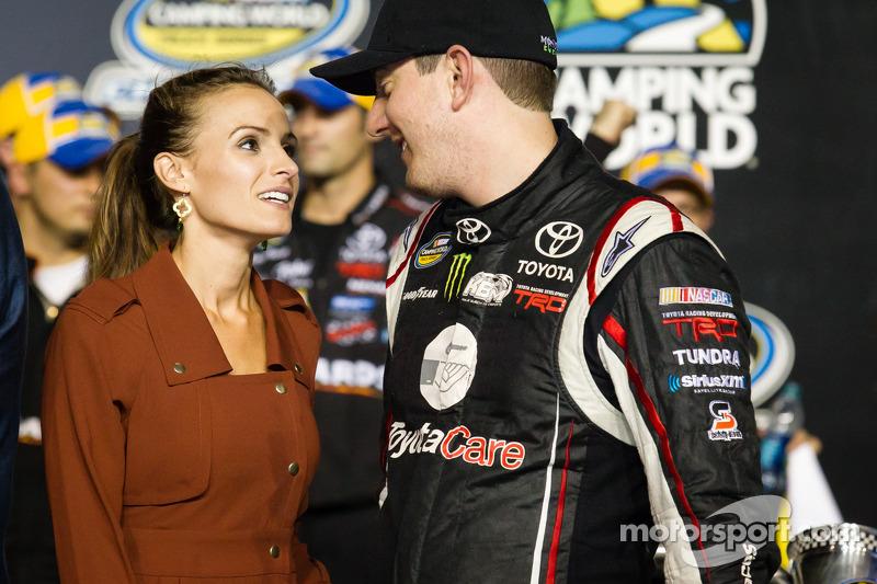 Championship victory lane: NASCAR Camping World Truck Series 2013 teameigenaar Kyle Busch met vrouw Samantha Sarcinella
