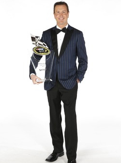 Kurt Busch poseert met zijn beker voor de tiende plaats