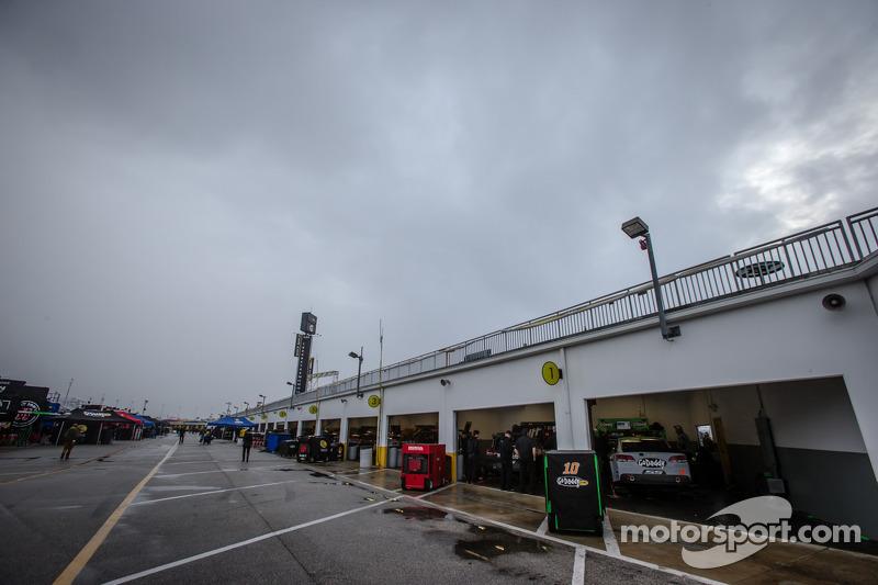 Yağmur altında garaj ambiyansı