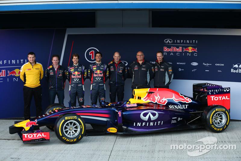 Christian Horner, Red Bull Racing Takım Patronu, Sebastian Vettel, Red Bull Racing, Daniel Ricciardo, Red Bull Racing ve Adrian Newey, Red Bull Racing Baş Teknik Sorumlusu yeni Red Bull Racing RB10 lansmanında