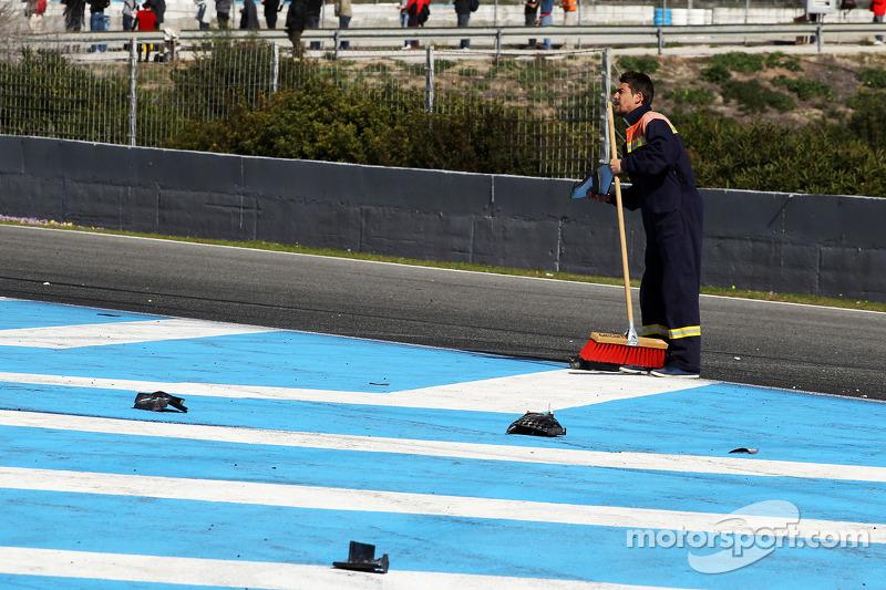 Debris on the main straight as Lewis Hamilton, Mercedes AMG F1 W05 crashes