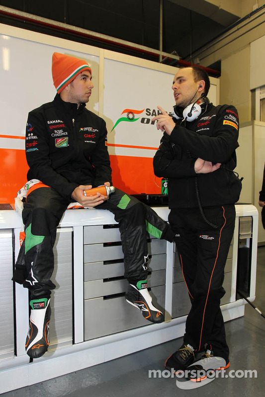 (Esquerda para direita): Sergio Perez, Sahara Force India F1, com Gianpiero Lambiase, engenheiro da