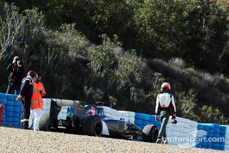 Esteban Gutierrez, Sauber C33 stopped in the gravel trap