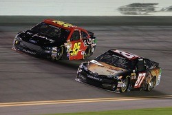 Michael McDowell, Leavine Family福特车队,和Joe Nemechek, NEMCO丰田车队