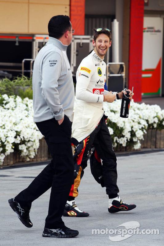 (Esquerda para direita): Eric Boullier, diretor de corridas da McLaren, com Romain Grosjean, da Lotu