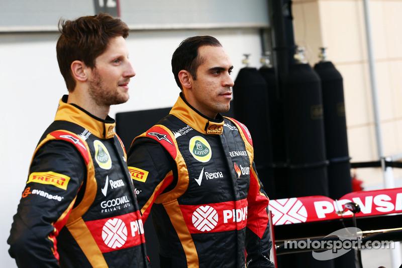 (L to R): Romain Grosjean, Lotus F1 Team with team mate Pastor Maldonado, Lotus F1 Team Lotus as the F1 E22 is officially unveiled