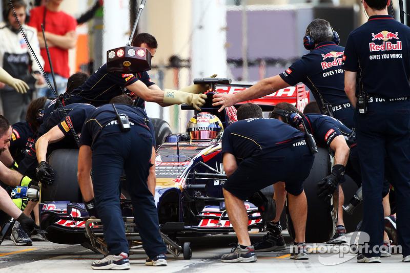 Jean-Eric Vergne, Scuderia Toro Rosso STR9 pratica un pit stop