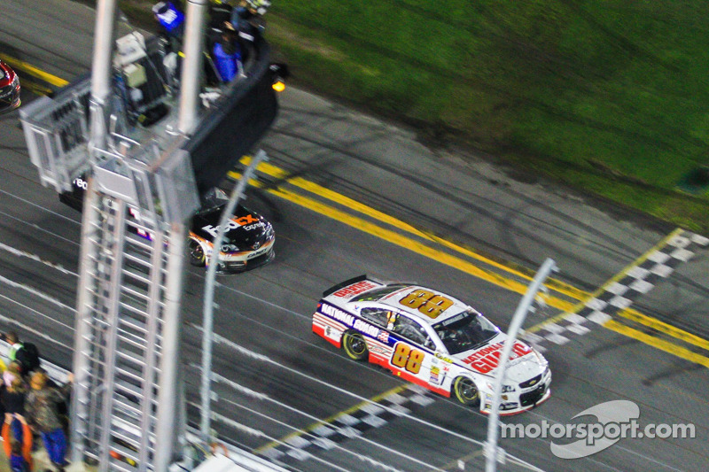 Dale Earnhardt Jr., Hendrick Motorsports Chevrolet kazanıyor