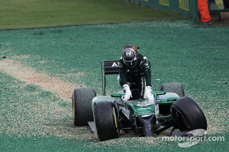 卡特汉姆车队CT05车手小林可梦伟在比赛发车时撞车退赛