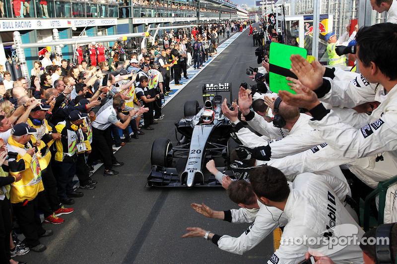 Il terzo posto Kevin Magnussen, McLaren MP4-29 festeggia mentre entra nel parco chiuso