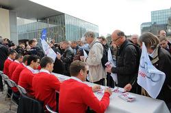 Les pilotes Audi signent des autographes