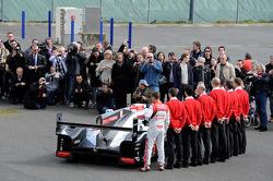 Les pilotes et le personnel avec l'Audi R18 e-tron quattro