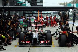 Boxenstopp-Training: Pastor Maldonado, Lotus F1 E22