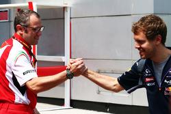 Stefano Domenicali, director de Ferrari, con Sebastian Vettel, Red Bull Racing