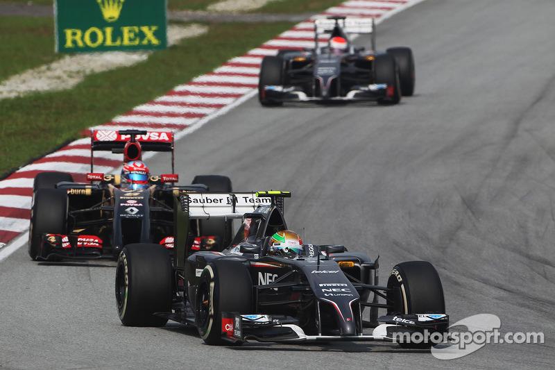 Esteban Gutierrez, Sauber C33 leads Romain Grosjean, Lotus F1 E22