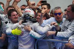 比赛获胜者 刘易斯·汉密尔顿, 梅赛德斯AMG F1车队,和车队一起在检录处庆祝