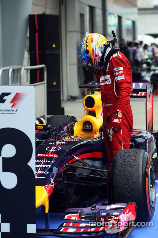 Fernando Alonso, Ferrari kapalı parkta Sebastian Vettel'in aracını inceliyor