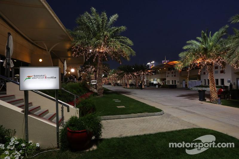L'edificio hospiality Sahara Force India F1 Team nel paddock di notte