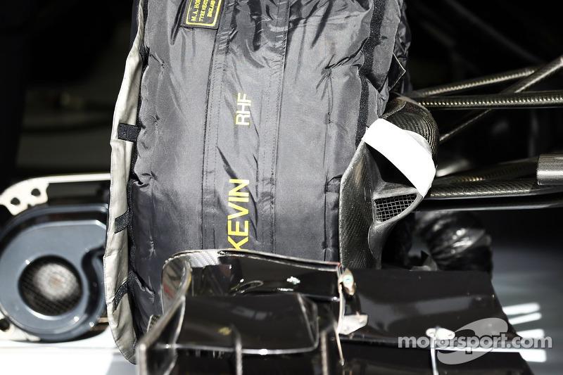 Il condotto del freno della McLaren MP4-29  di Kevin Magnussen ha del nastro applicato sopra