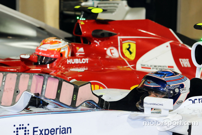 Valtteri Bottas, Williams FW36 e Kimi Raikkonen, Ferrari F14-T nel parco chiuso