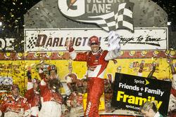 Il vincitore della gara Kevin Harvick su Chevrolet del team Stewart-Haas Racing