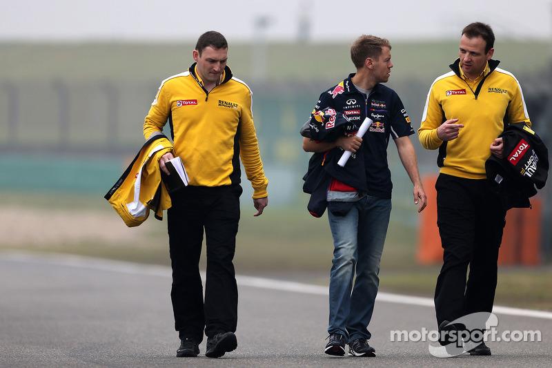 Sebastian Vettel, Red Bull Racing fala com engenheiros da Renault Sport