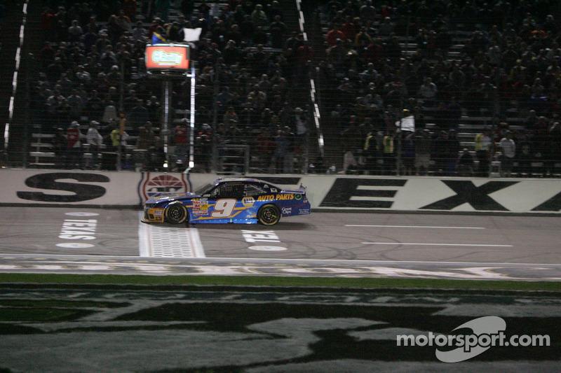 Chase Elliott beyaz bayrağı alıyor