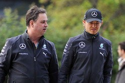 (Da sinistra a destra): Ron Meadows, Mercedes GP Team Manager con Nico Rosberg, Mercedes AMG F1