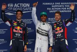 杆位刘易斯·汉密尔顿, 梅赛德斯AMG F1车队, 第二名, 丹尼尔·里卡多, 红牛车队RB10赛车,和第三名,塞巴斯蒂安·维特尔, 红牛车队