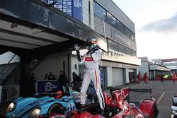 Yarış galibi Tristan Gommendy kutlama yapıyor