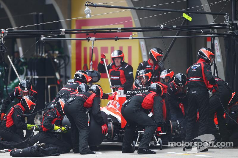 玛鲁西亚F1车队MR03赛车车手朱尔斯·比安奇停站
