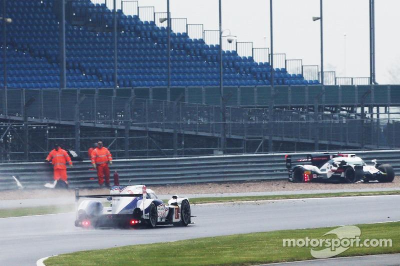 Problemi per # 1 Audi Sport Team Joest Audi R18 e-tron quattro: Lucas di Grassi, Loic Duval, Tom Kri