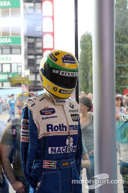 Overall und Helm von Ayrton Senna