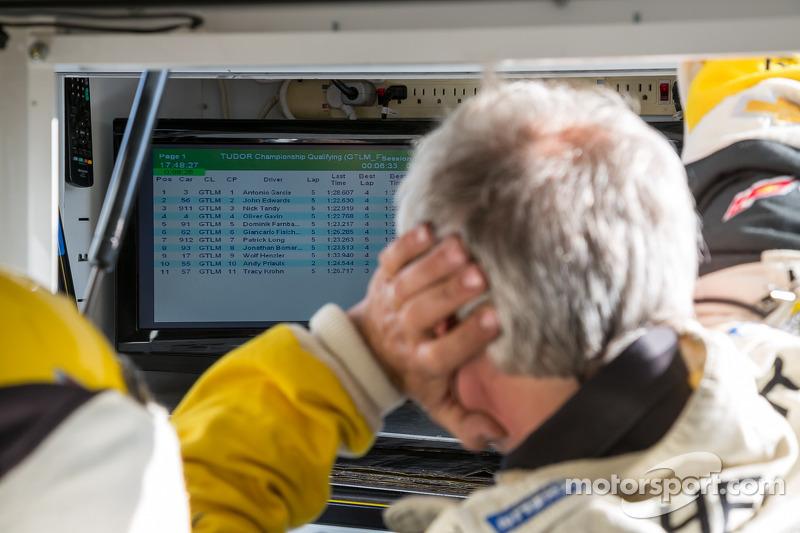 Corvette pit ekibi sıralama turlarında tur zamanlarını takip ediyorlar