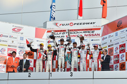 GT300 Podyum: Kazananlar Nobuteru Taniguchi, Tatsuya Kataoka, ikinci sıra Katsuyuki Hiranaka, Bjorn Wirdheim, üçüncü sıra Yuki Nakayama, Tomoki Nojiri