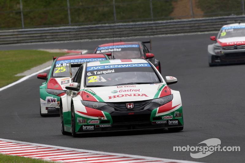 Gabriele Tarquini, Honda Civic WTCC, Castrol Honda WTCC team davanti a Mehdi Bennani, Honda Civic WTCC, Proteam Corsa