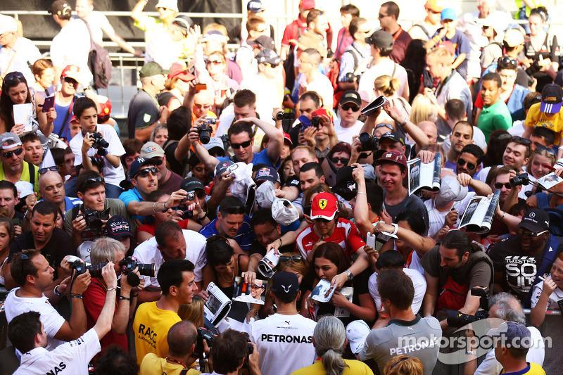 Lewis Hamilton, Mercedes AMG F1 con los fans en los pits