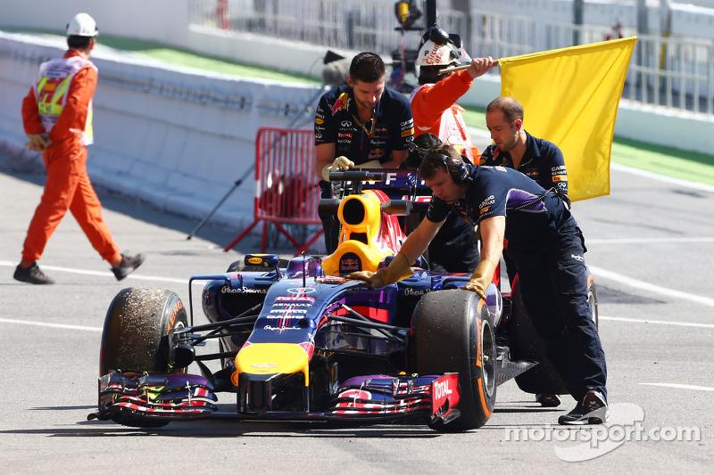 La Red Bull Racing RB10 di Sebastian Vettel, Red Bull Racing viene portata di nuovo ai box dopo esse