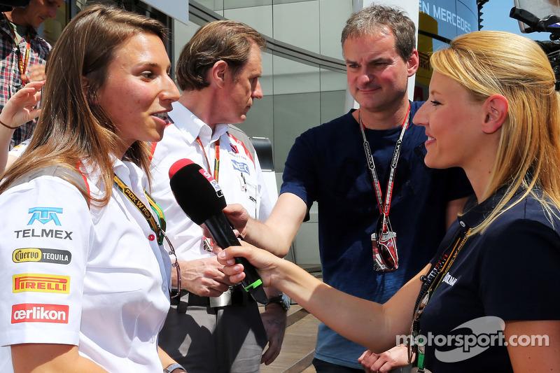 Simona de Silvestro, collaudatrice Sauber F1 Team, con la stampa