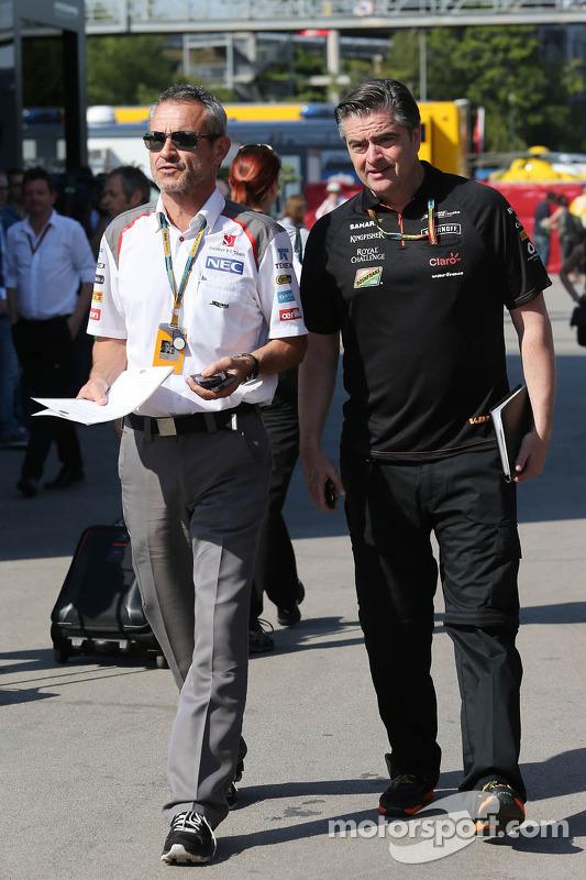 (De izquierda a derecha): Beat Zehnder, Sauber F1 Team Manager con Andy Stevenson, Sahara Force Indi