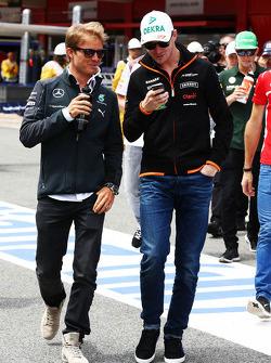 (Da sinistra a destra): Nico Rosberg, Mercedes AMG F1 con Nico Hulkenberg, Sahara Force India F1 alla parata dei piloti