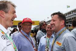 (Da sinistra a destra): Niki Lauda, Mercedes Presidente non esecutivo con Alberto Pirelli, Pirelli Vice Presidente e Paul Hembery, Direttore Pirelli Motorsport Director sulla griglia di partenza